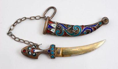 Poignard miniature en argent à décor émaillé.  Travail russe de la fin du XIXe siècle;...