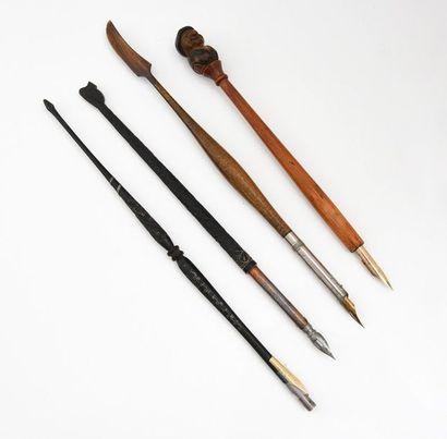 Lot de quatre porte-plumes: un en bois sculpté...