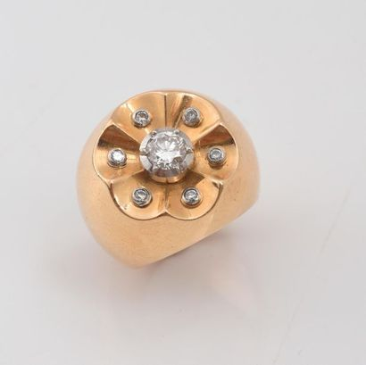 Bague boulle en or 750‰ sertie d'un diamant de taille ancienne dans un entourage...