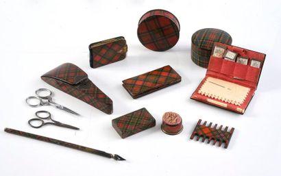 Lot d'objets en bois laqué à décor de tartans:...