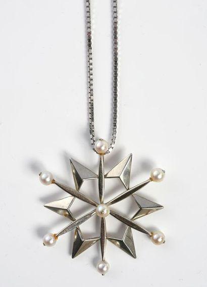 Pendentif flocon de neige en or gris 750‰, sertie de perles de culture, il est accompagné...