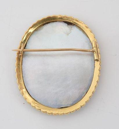 Broche en or 750‰, ornée d'une miniature dans le goût du XVIIIe siècle, dans un...