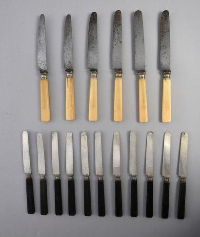 Lot de 11 couteaux à manche en ébène et lame...