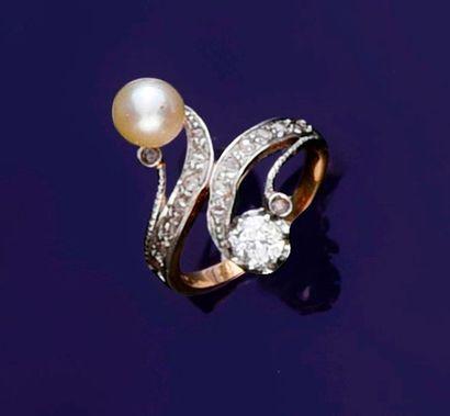 Bague croisée en or deux tons 750‰ sertie d'une perle de culture et d'un diamant...