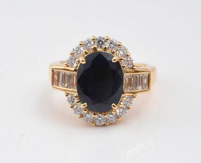 Bague ovale en or 750‰ sertie d'un saphir ovale de 3.23 carats agrémenté de diamants...