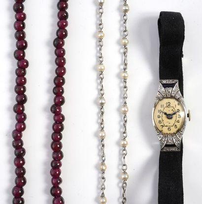 Lot composé d'une montre de dame en or gris...