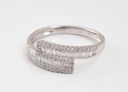 Bague croisée en or gris 750‰ sertie de diamants baguettes dans un entourage de...