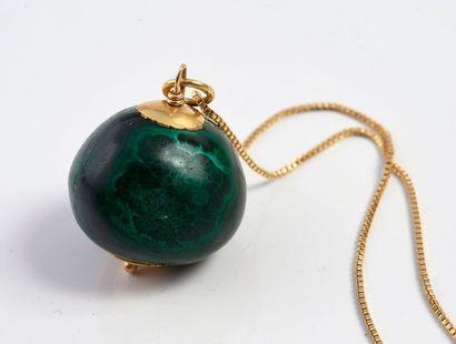 Pendentif constitué d'une boule de malachite, monté en or 750‰, il est accompagné...
