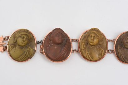 Bracelet en pierre de lave constitué d'une suite de figure de buste de femme, monture...