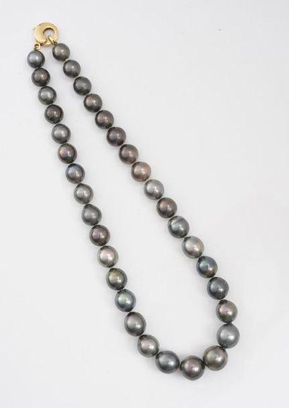 Collier composé d'une chute de 34 perles...