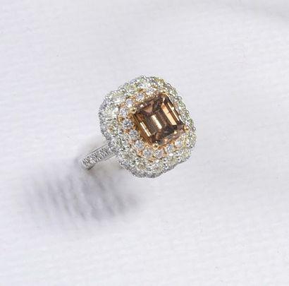 Bague en or gris 750‰ sertie d'un diamant cognac de taille émeraude d'environ 2...