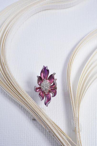 Bague fleur en titane patiné rose, le cœur...