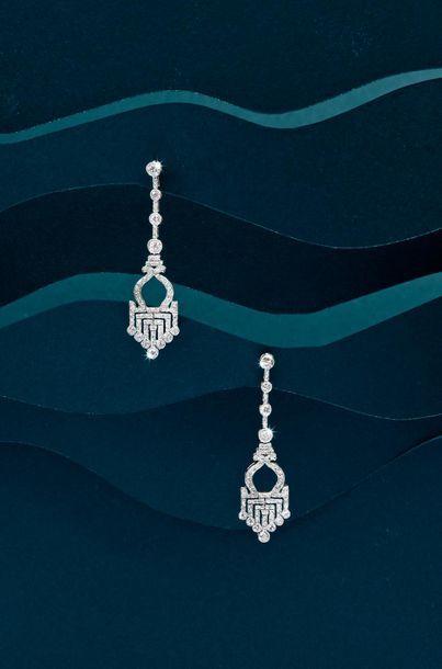 Paire de pendants d'oreilles articulés en or 585‰, sertis de diamants de taille...