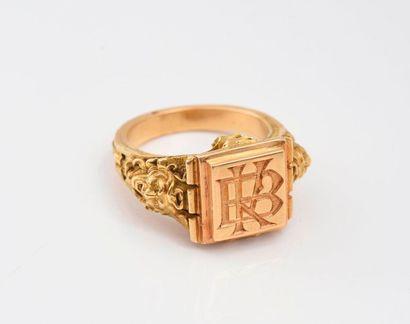 Importante chevalière en or 750‰, l'anneau à décor de tête de Méduse en relief,...