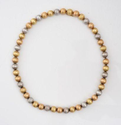 Collier composé de boules d'or 750‰ brossé jaune et gris, fermoir à cliquet invisible...