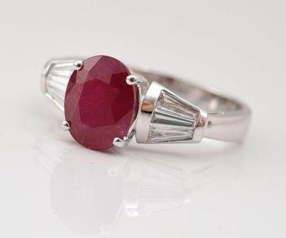 Bague en or gris 750‰ sertie d'un rubis ovale de 2,27 carats épaulé de diamants...