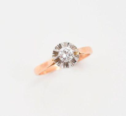 Solitaire en or 750‰ et platine 850‰ serti d'un diamant de taille brillant d'environ...