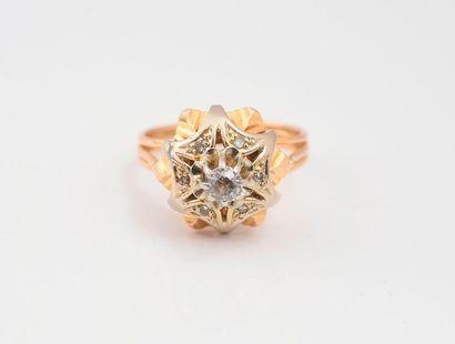 Bague en or 750‰ sertie d'un diamant de taille ancienne dans un entourage de roses....