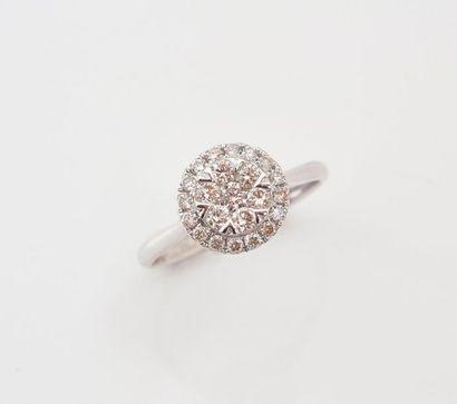 Bague en or gris 750‰ sertie d'un motif rond de diamants.  TDD: 54  Poids brut...