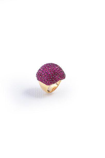 Bague boule en or 750‰ sertie de rubis.  TDD...