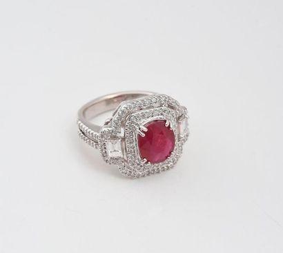 Bague de style Art Déco en or gris 750‰, sertie d'un rubis ovale de 3,04 carats...
