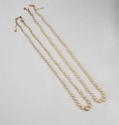 Lot de deux colliers de perles de culture...
