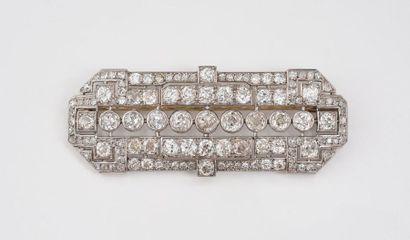 Broche plaque en platine 850‰ ornée d'une ligne de diamants de taille ancienne en...