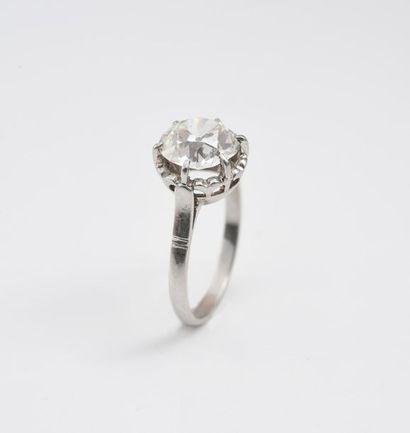 Solitaire en platine 850‰ serti d'un diamant de taille ancienne d'environ 1,5 carats....