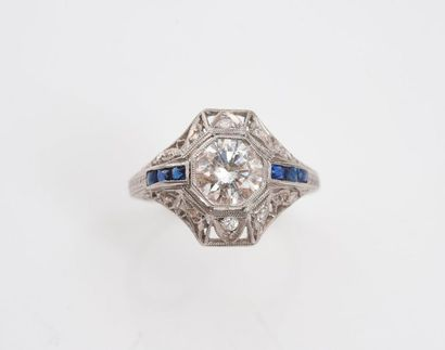 Bague en platine 850‰ sertie d'un diamant demi taille d'environ 0.50 carats, épaulé...