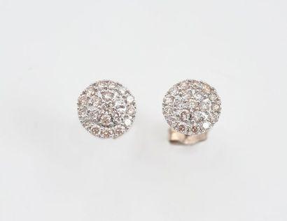 Paire de boucles d'oreilles rondes en or blanc 750‰ serties de diamants ronds.  Poids...