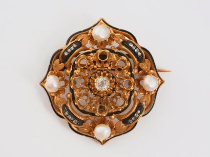 Broche en or 750‰ à décor de filets d'émail, perles et roses de diamants, une partie...