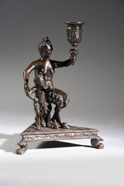 Bougeoir en bronze patiné, reposant sur un...