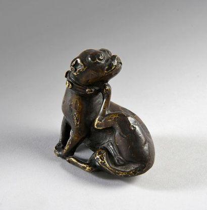 Rare bronze figurant un chien portant un...