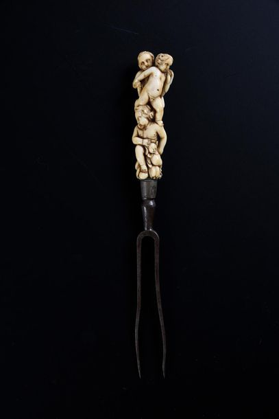 Fourchette à deux dents en acier, le manche...