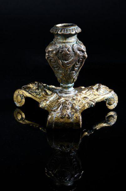 Bougeoir en bronze fondu et doré, reposant...