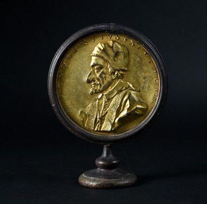 Plaque en bronze ciselé et doré, représentant...