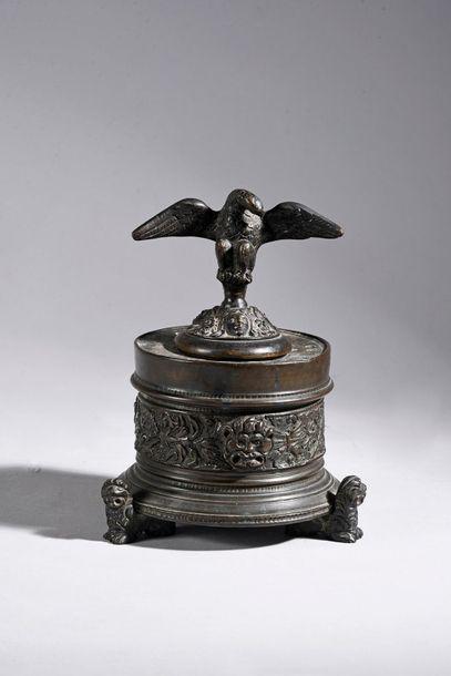 Encrier en bronze fondu et ciselé, le corps...