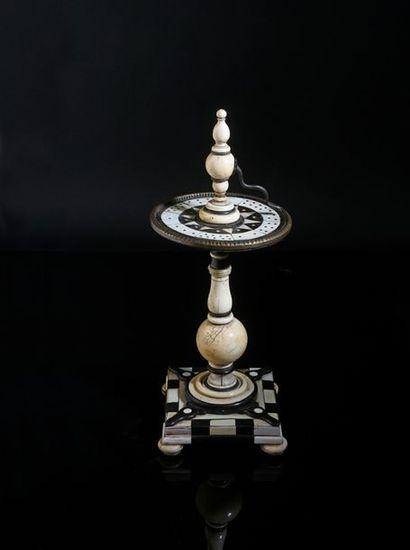 Tourniquet de table ou roulette en placage...