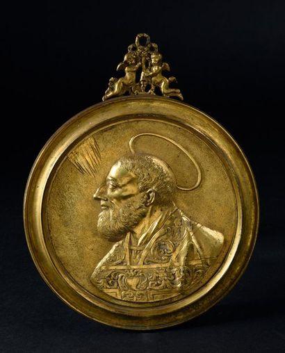Plaque en bronze ciselé et doré représentant...