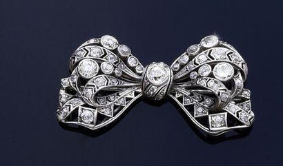 Broche nœud en argent sertie de diamants...