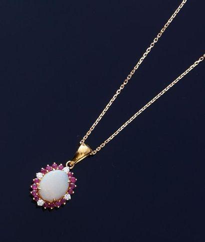 Pendentif en or 750e orné d'une opale ovale...