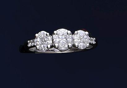 Bague en or gris 750e, sertie de trois diamants...