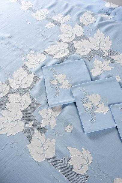 Service de table brodé, nappe et douze serviettes,...