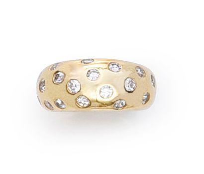 Bague jonc en or 750°°, piquée de diamants....