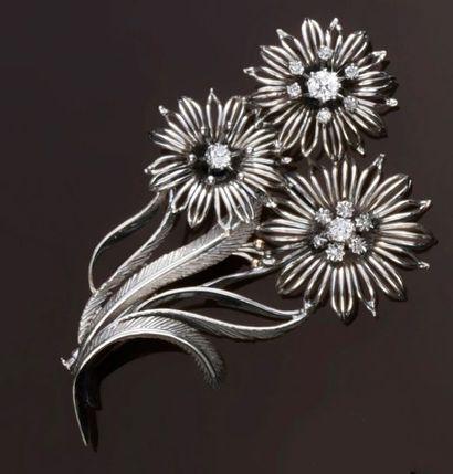 Broche en or gris 750°° figurant un bouquet...