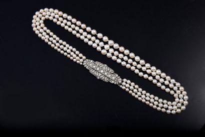 Collier à trois rangs de chutes de perles...