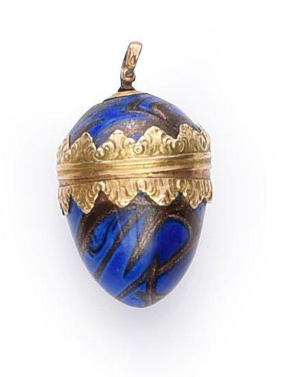 Œuf pendentif en verre façon lapis, monture en or. H.: 3 cm.