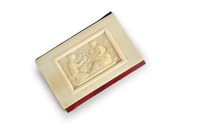 Calepin en ivoire sculpté et soie rouge moiré,...