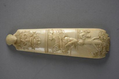 Râpe à tabac en ivoire sculpté à décor d'un...