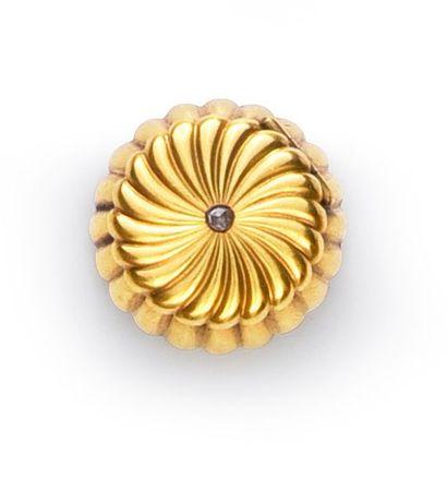 Vinaigrette en or 750°° à décor godronné, le couvercle serti d'une rose. Travail...